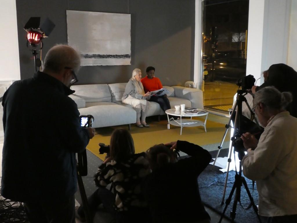 modelos posando en un sofá